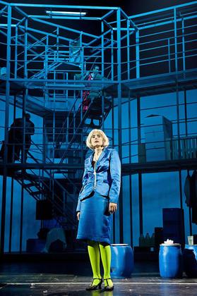 Die-Herrin-der-Hochregale-Muensters-Theater-bemueht-sich-um-eine-Auffrischung-von-Brechts-Mutter-Courage-und-ihre-Kinder1_image_630_420f_wn